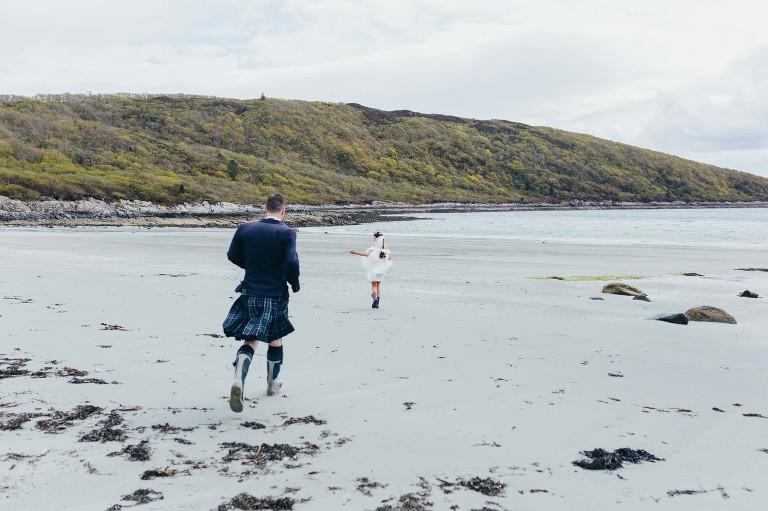 groom-bride-kilt-running-on-beach